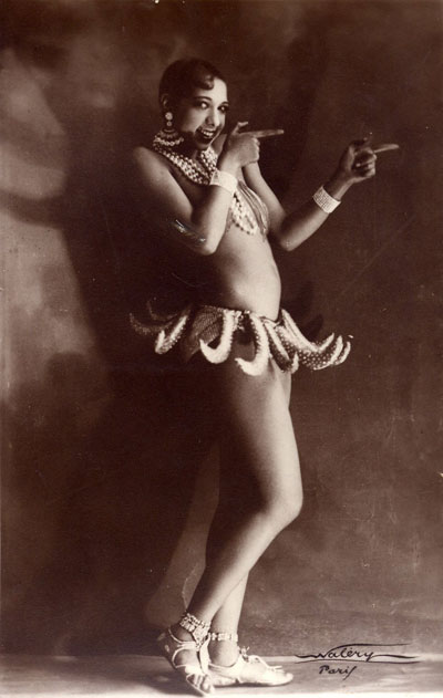 Josephine Baker com a icônica saia de bananas, nos anos 20