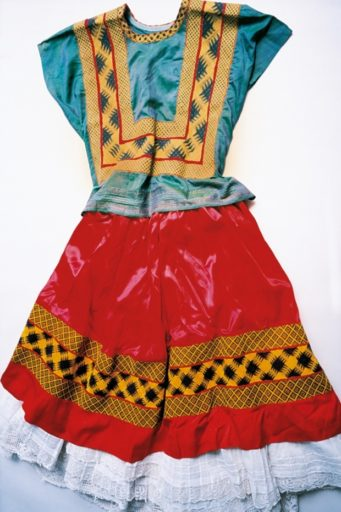 A blusa com estilo corset e saia longa, típicas do estilo de Frida Kahlo. Foto: Ishiuchi Miyako/Michael Hoppen Gallery